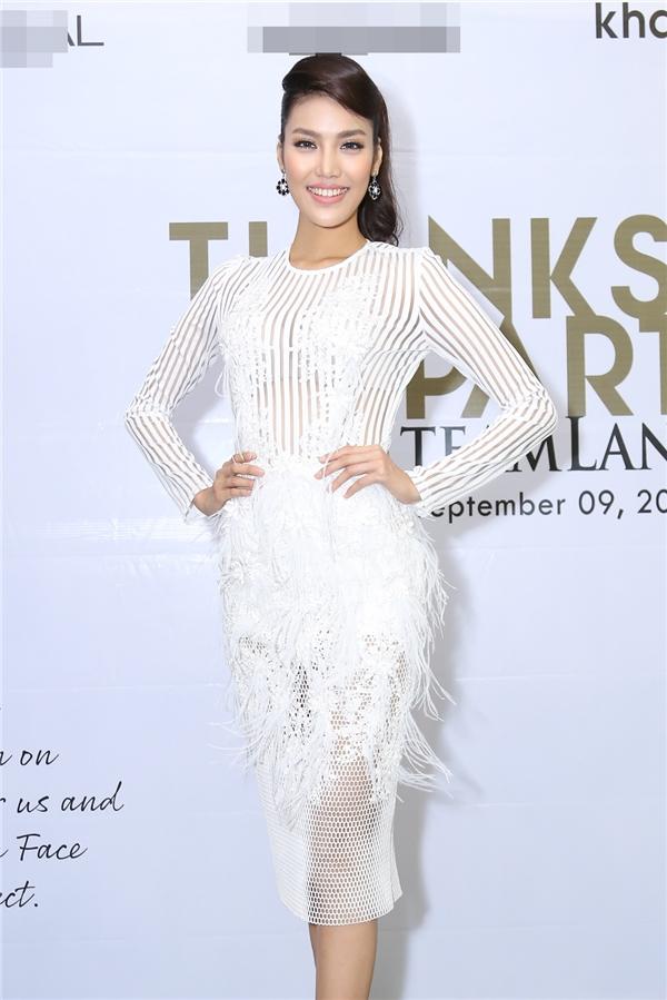 Lan Khuê diện váy, áo trắng tinh khôi nhưng vô cùng gợi cảm bởi chất liệu xuyên thấu mỏng manh.
