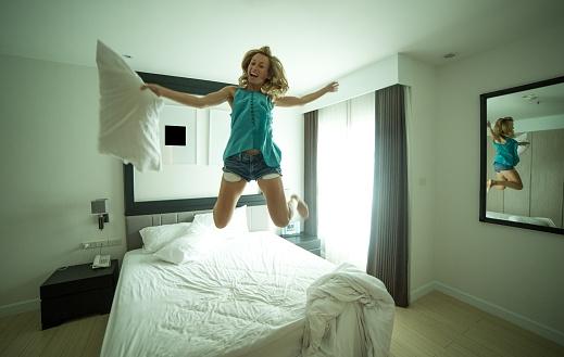 Nhảy khỏi giường có thể gây tổn thương đến các múi cơ.