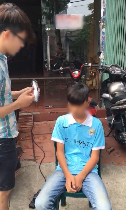Tên trộm sau khi bị phát hiện đang ngồi chờ được... cắt tóc.
