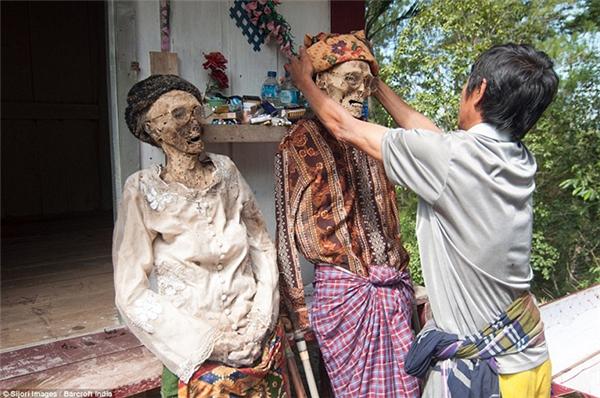 Các thi thể sau khi được vệ sinh sạch sẽ, mặc quần áo mới và được dựng lên thẳng thớm để chuẩn bị chụp ảnh.