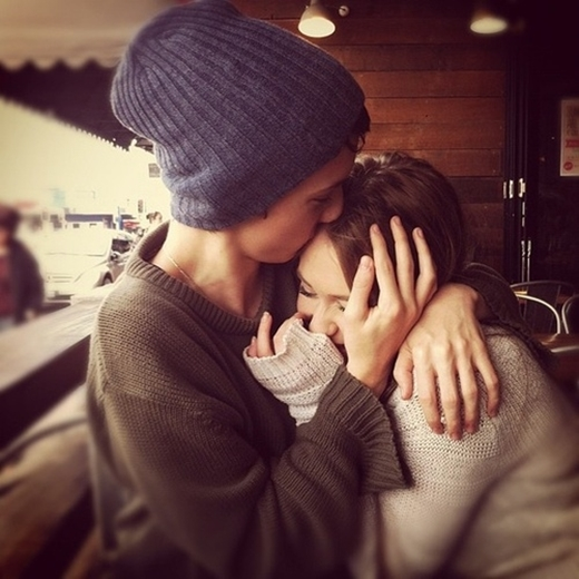 Nụ hôn lên đầu thể hiện sự quý mến vô cùng của một người con trai dành cho bạn.