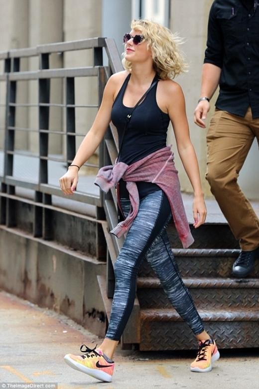 Taylor vui vẻ đi tập gym...