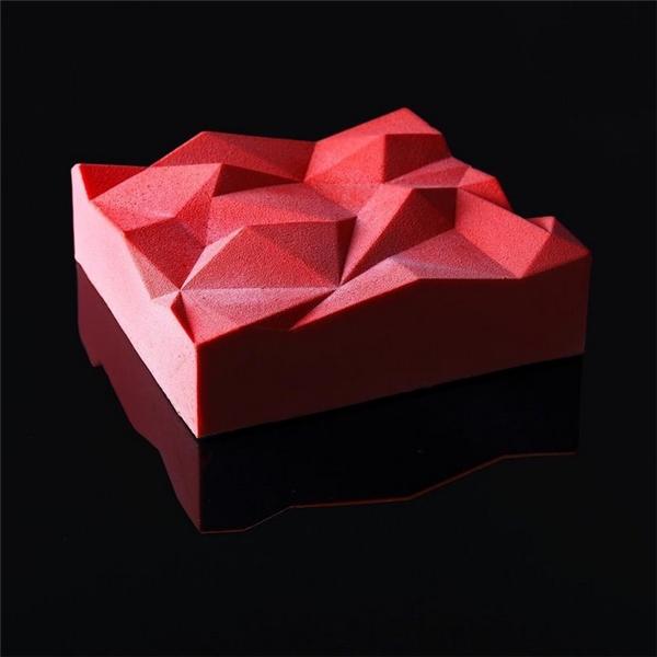 Bề mặt chiếc bánh lànhững vết cắt táo bạo có dạng các khối hình học.