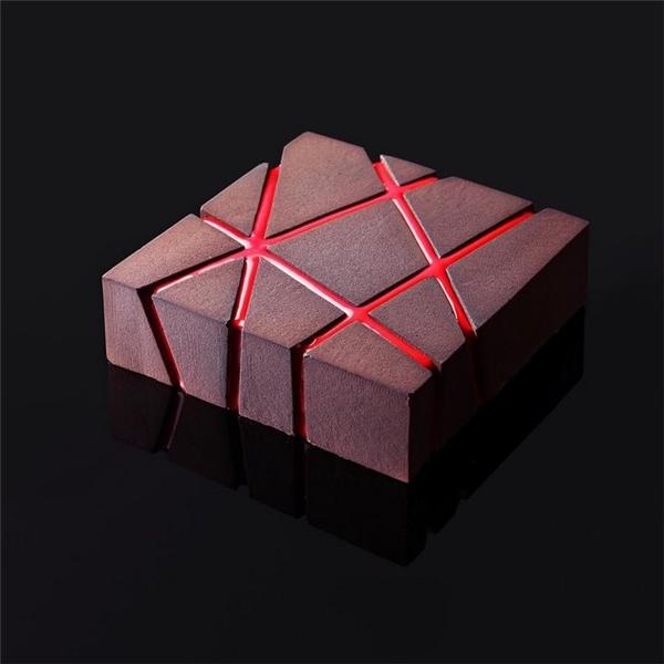 Sự đan xem các lớp kẹo cùng với vẻ ngoài hơi nhám củamiếng bánhđã khiến không ít người nghĩ rằng đây thật sự làmột tác phẩm điêu khắc.