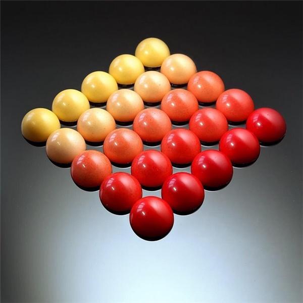Những viên kẹo trơn láng được xếp nối tiếp nhau trông như các quả banh trong sàn bida.
