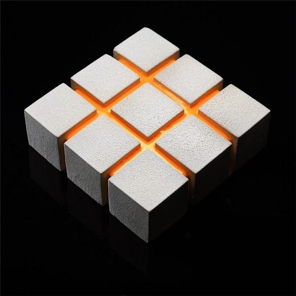Các mảng hình vuông đều tăm tắp bên trên chiếc bánh cho thấy người nghệ nhân đã thực hiện nórất chao chuốt và tỉ mỉ.