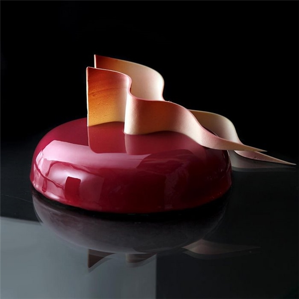 Sự bóng bẩy của lớp kem kết hợp với những đườngcong hoàn hảo trênchiếc bánh khiến cho người nhìn không nỡ ăn mộtchút nào.