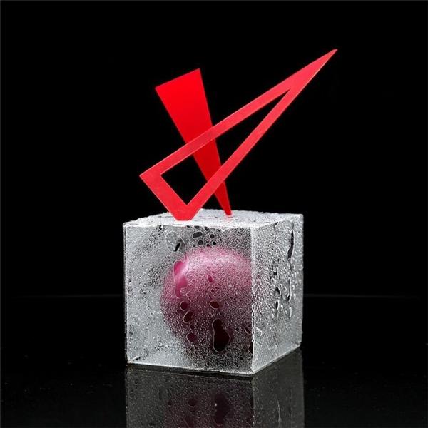 Viên kẹo đãđược làm lạnh tự nhiên nhờ vàolớp đá có dạng chiếc hộp thủy tinh bao phủ bên ngoài.