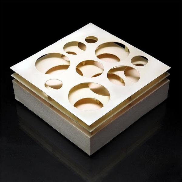 """Sự phân tầng rõ rệt cùng với hoa văn dạng tròn khiến cho chiếc bánh trở thành """"một chiếc hộp gỗ"""" vô cùng tinh xảo."""