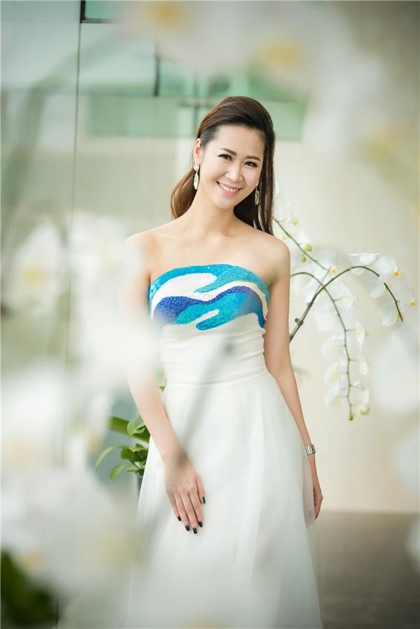 Dương Thùy Linh xuất hiện thanh lịch nhưng không kém phần gợi cảm khi diện bộ váy cúp ngực nền trắng kết hợp họa tiết sóng biển loang màu. Trong khi đó, Thùy Lâm lại gây ấn tượng với sắc xanh đậm kết hợp chất liệu lụa bóng mềm mại.