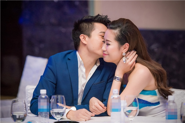 Đến tham dự sự kiện này, Dương Thùy Linh được ông xã tháp tùng. Cả hai trò chuyện vui vẻ khi có dịp gặp MC Đan Lê, Hoa hậu Thùy Lâm.