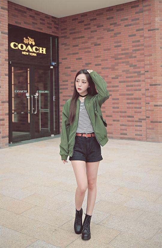 Bạn gái nên phốimoto boots với những trang phục năng động, cá tính.