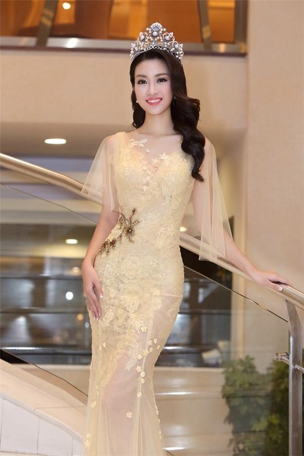 Người đẹp 20 tuổi xuất hiện kiêu sa, lộng lẫy trong bộ váy xuyên thấu màu vàng nhạt ngọt ngào của nhà thiết kế Hoàng Hải. Thân hình nóng bỏng với số đo ba vòng 87-62-90 của Mỹ Linh được phô diễn tuyệt đối.