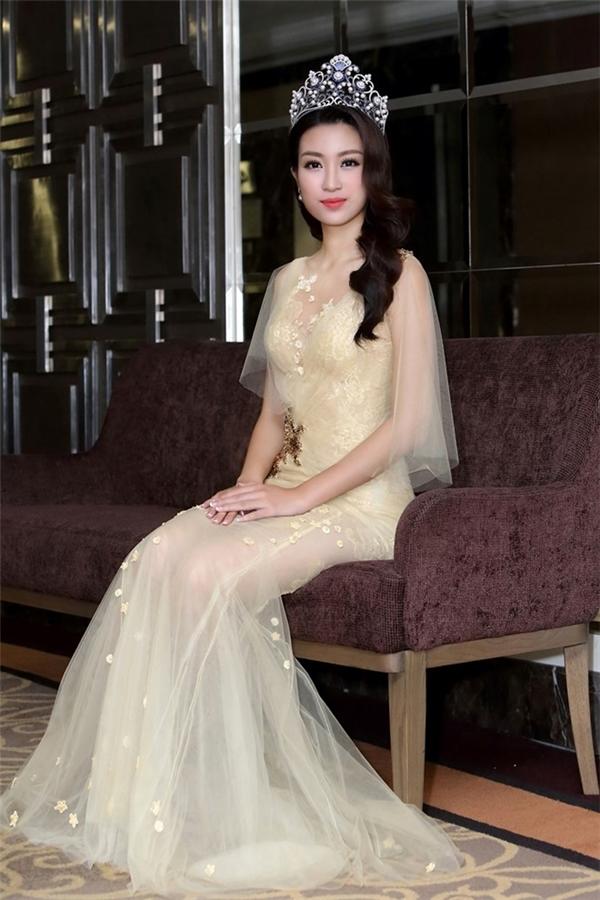 Mặc váy xuyên thấu gợi cảm, HH Mỹ Linh khiến khán giả ngẩn ngơ