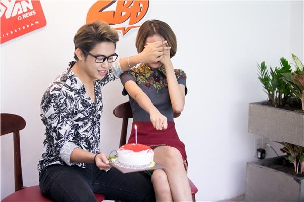 """Phí Phương Anh bị MC Quốc Bảo""""làm khó"""" trước khi tặng cô chiếc bánh sinh nhật."""