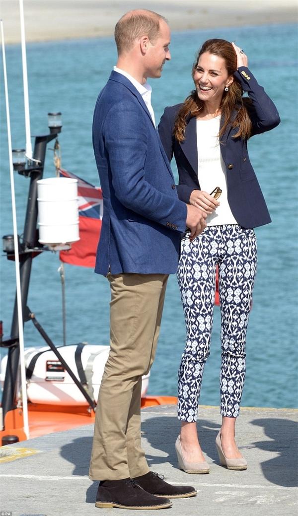 Công nương Kate hứng đá vì mặc quần vừa rẻ vừa xốn mắt