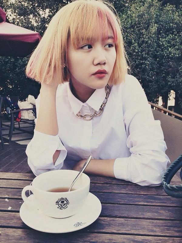 Vẻ ngoài của Văn Mai Hương thay đổi ngoạn mục với mái tóc ngắn cùng những màu nhuộm nổi bật. Tuy nhiên, nữ ca sĩ không nhận được nhiều lời khen.