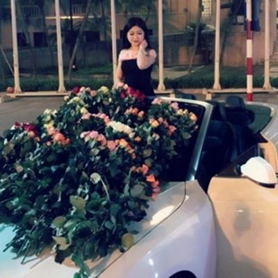 999 đóa hồng xếp trên mui xe khiến ai cũng ngất ngây