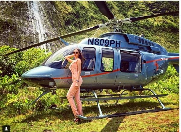 Quý côJulia Adasheva tranh thủ tạo dáng sang chảnh bên chiếc trực thăng riêng ở thung lũng Waipio Valley, Hawaii.