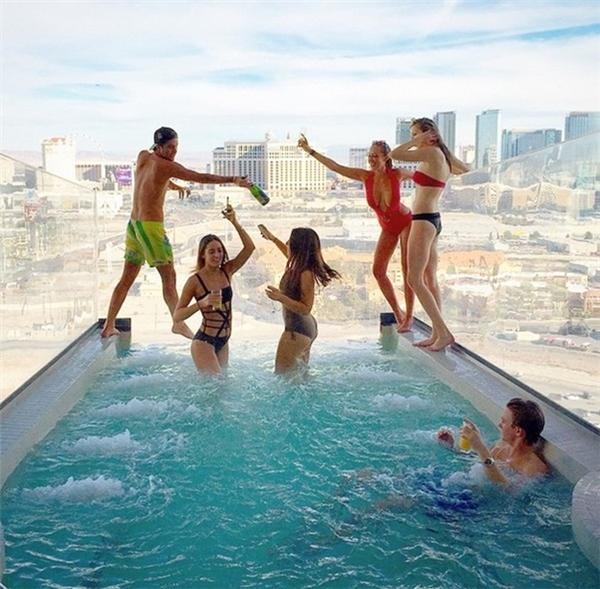 Và không thể thiếu những bữa tiệc sôi động tại bể bơi.