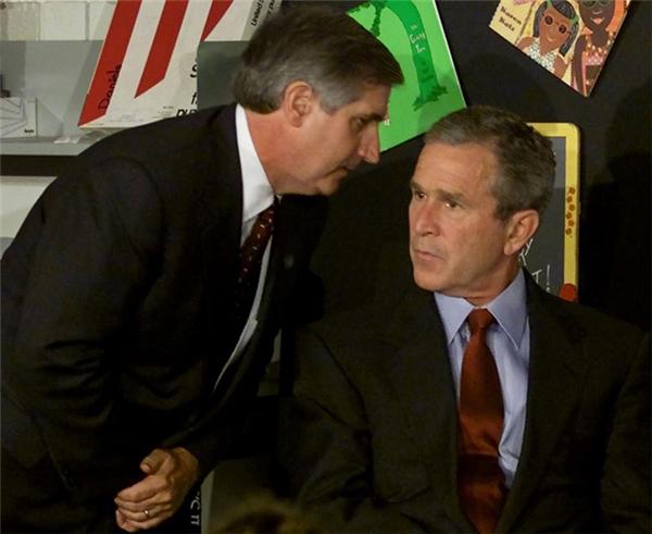 Cựu Tổng thống George W. Bush được Tham mưu trưởng Nhà Trắng Andrew Card thông báo về chiếc máy bay thứ hai vừa đâm vào Trung tâm Thương mại Thế giới. Lúc này ngài cựu tổng thống đang tiến hành một buổi đọc sách tại Trường Tiểu học Emma E. Booker ở Sarasota, Florida.