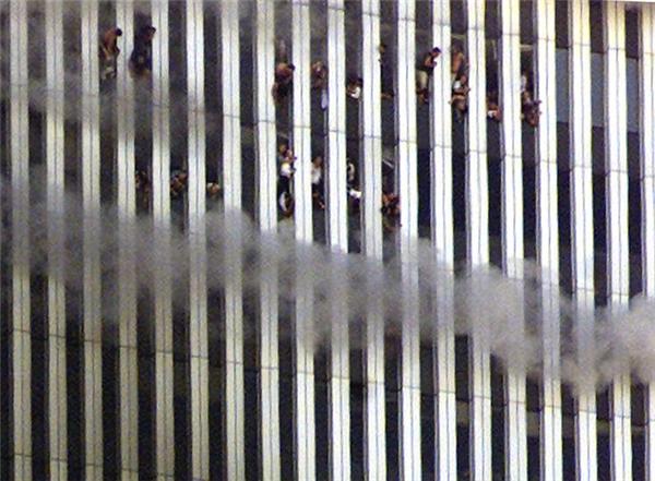 Những người còn đang kẹt trong tòa tháp Bắc đang cháy cố tìm cách thoát ra.