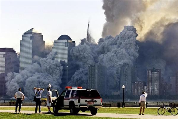 """Tòa tháp thứ hai """"tan"""" thành một cột bụi lẫn với vôi gạch chỉ trong vòng nửa tiếng sau khi tòa tháp thứ nhất đổ sập."""