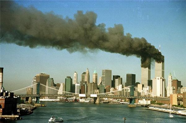 Hai tòa tháp nhả khói đen lên khắp bầu trời New York sau khi bị tấn công.