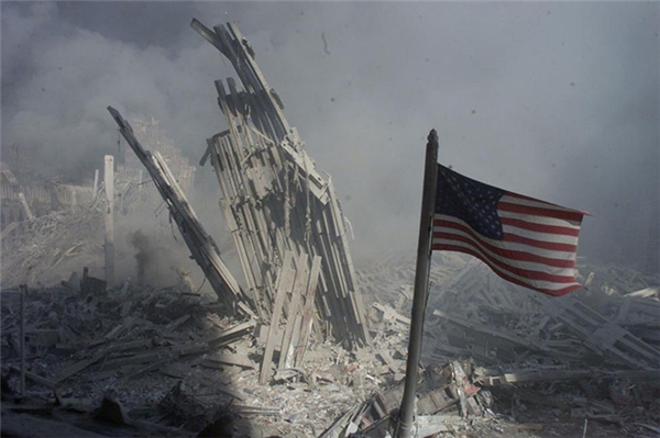 Lá cờ Mỹ sau khi rơi xuống thì cắm dựng đứng trên nền móng của Trung tâm Thương mại Thế giới và vẫn đang tung bay.