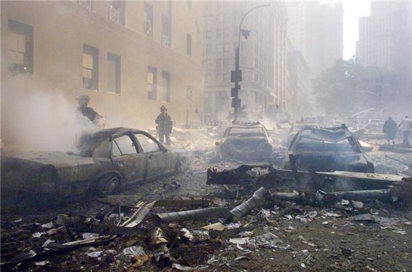 Cảnh tượng hoang tàn sau cuộc tấn công, khi các lính cứu hỏa vẫn đang miệt mài tìm kiếm những người còn bị kẹt lại.