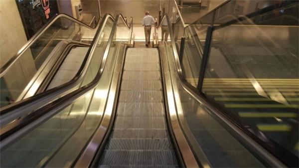 Chuyện là đang xây thang cuốn thì đột nhiên bị cắt kinh phí nên mấy bậc cuối chịu khó đi bộ nhé.(Ảnh: BuzzFeed)