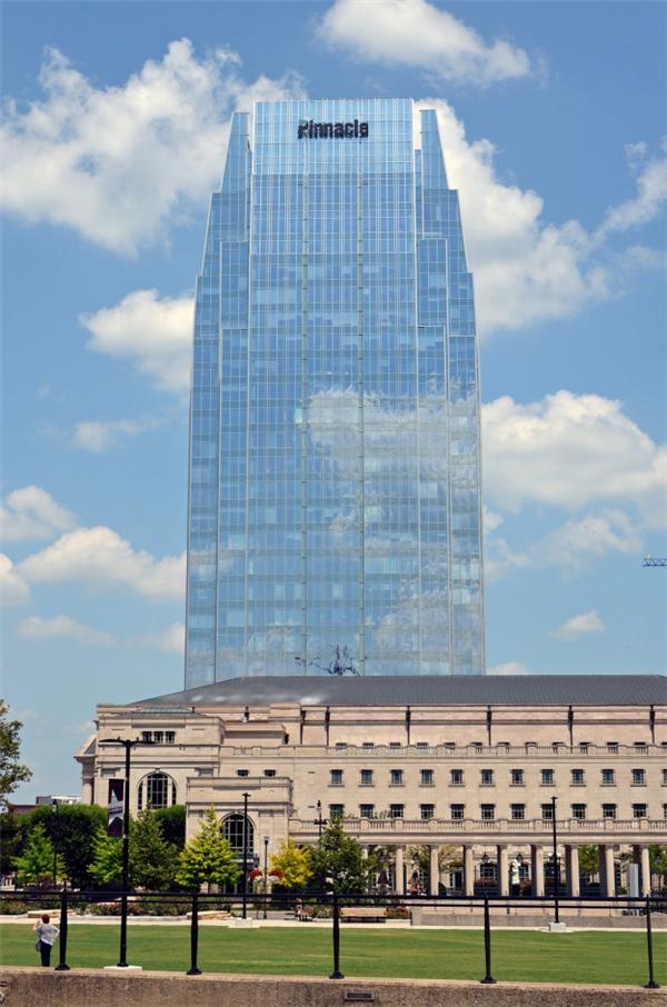 """Tòa nhà cao lớn """"tàng hình"""" giữa trời xanh.(Ảnh: BuzzFeed)"""