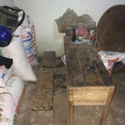 Trong nhà chẳng có gì đáng giá ngoài mấy bao thóc lưu trữ làm lương thực ăn dần trong năm.