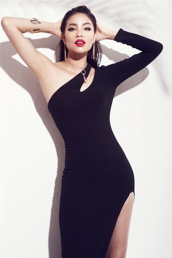 Phạm Hương khoe đường cong cơ thể trong dáng váy ôm sát, cắt xẻ táo bạo. Kiểu trang điểm nền trong, môi đỏ lì đang là xu hướng càng giúp người đẹp 25 tuổi trông thu hút hơn hẳn.