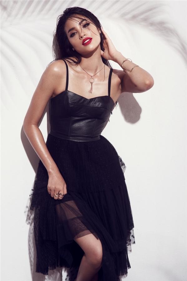 """Một Phạm Hương trông vô cùng """"hoang dại"""", cá tính với áo da kết hợp chân váy voan bồng xòe. Sự tương phản giữa hai thành phần tạo nên tổng thể khá thú vị."""