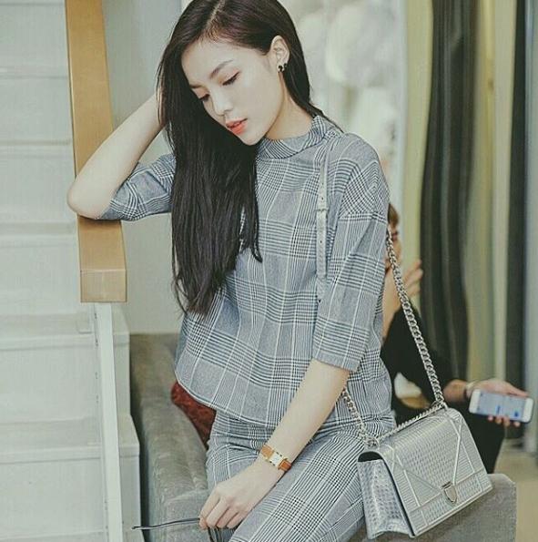 Ngoài thương hiệu Chanel, chiếc túi xách Diorama có giá gần 100 triệu đồng cũng là món phụ kiện yêu thích của người đẹp sinh năm 1996. - Tin sao Viet - Tin tuc sao Viet - Scandal sao Viet - Tin tuc cua Sao - Tin cua Sao