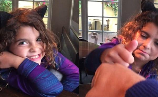 """Ella tươi cười với camera sau khi nói: """"Con thích lắm"""". (Ảnh cắt từ clip)"""