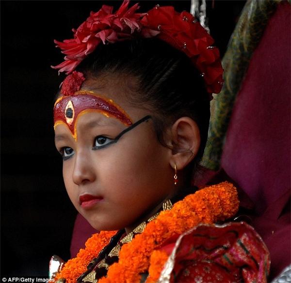 Tương truyền nữ thần sẽ ban phước cho những ai chạm vào mắt mình.