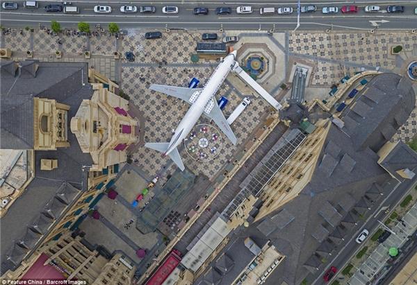 Chiếc máy bay Boeing nằm giữa lòng thành phố Vũ Hán thu hút sự chú ý của dư luận Trung Quốc và cảcác nước khác.