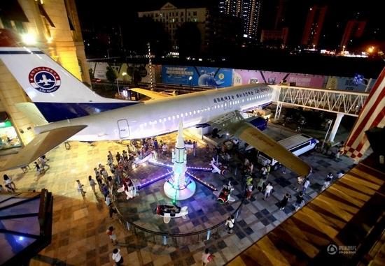 Đại gia Li đã mua chiếc máy bay Boeing 737 cũ,thiết kếthành nhà hàng sang trọng và đặt tên là Lily Airways.