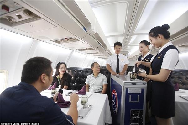 Sốc với nhà hàng độc đáo bên trong máy bay Boeing giữa lòng thành phố