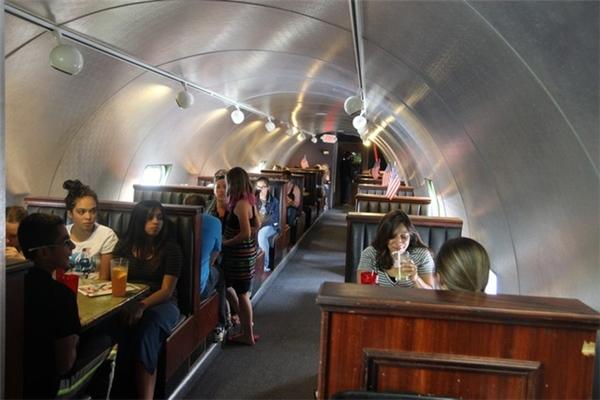 Bên trongnhà hàng máy bay The Airplane ở thành phố Colorado Springs, Mỹ.