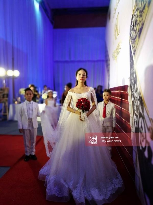 Cô dâu Khánh Linh vô cùng xinh đẹp, trẻ trung với trang phục váy cưới trễ vai dáng xòe. - Tin sao Viet - Tin tuc sao Viet - Scandal sao Viet - Tin tuc cua Sao - Tin cua Sao