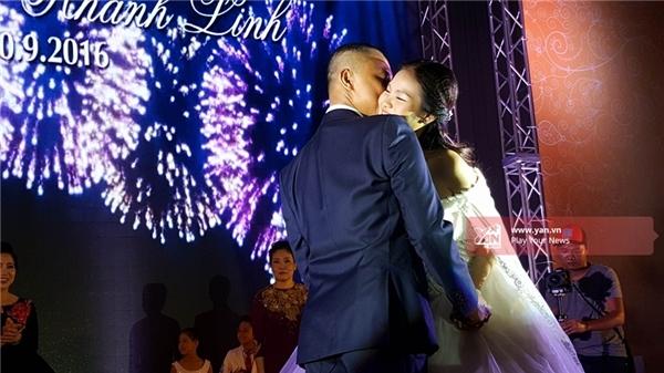 Cặp đôi trao nhau nụ hôn vô cùng ngọt ngào, lãng mạn trong sự cổ vũ của quan khách tham dự. - Tin sao Viet - Tin tuc sao Viet - Scandal sao Viet - Tin tuc cua Sao - Tin cua Sao