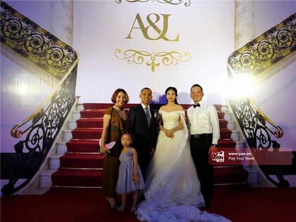 Giữa đông đủ quan khách, Chí Anh chẳng ngại hôn vợ trẻ đắm đuối - Tin sao Viet - Tin tuc sao Viet - Scandal sao Viet - Tin tuc cua Sao - Tin cua Sao