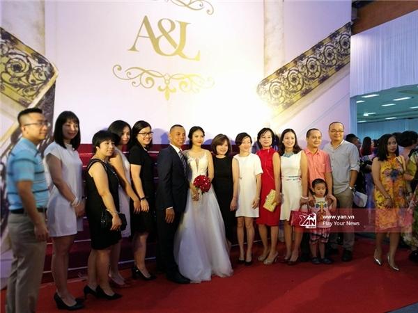 Cặp đôi ở lạichụp ảnh lưu niệm cùng gia đình, bạn bè. - Tin sao Viet - Tin tuc sao Viet - Scandal sao Viet - Tin tuc cua Sao - Tin cua Sao