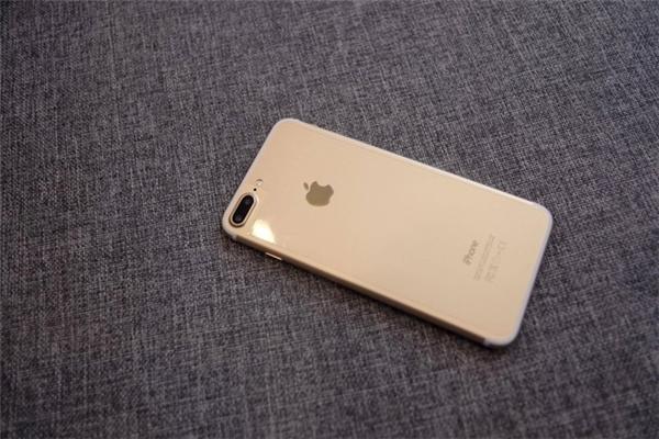 Hoảng hốt iPhone 7 nhái giống y hàng thật giá chỉ 2 triệu đồng