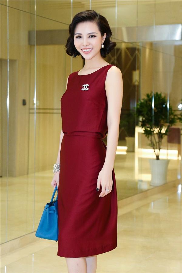 """Tham dự đêm tiệc, Trà Giang diện bộ váy màu đỏ rượu sang trọng, kín đáo. Kết hợp cùng trang phục là cài áo Chanel, túi xách Hermes Birkin danh tiếng. Ước tính """"cây"""" hàng hiệu của Trà Giang có giá hơn 500 triệu đồng."""
