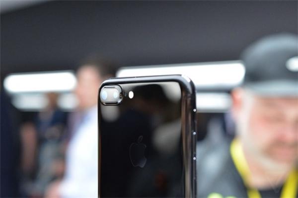 Cụm camera kép khá lớn trên iPhone 7 Plus. (Ảnh: internet)