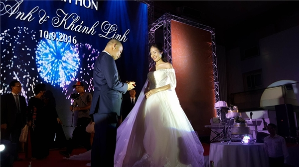 Chí Anh hạnh phúc trao nhẫn cưới cho bà xã. - Tin sao Viet - Tin tuc sao Viet - Scandal sao Viet - Tin tuc cua Sao - Tin cua Sao